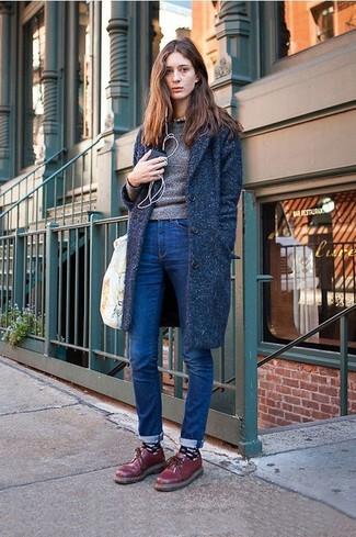 Grauen Pullover mit einem Rundhalsausschnitt kombinieren – 499 Damen Outfits: Probieren Sie diese Kombination aus einem grauen Pullover mit einem Rundhalsausschnitt und dunkelblauen engen Jeans für eine entspannte Silhouette. Fühlen Sie sich mutig? Ergänzen Sie Ihr Outfit mit dunkelroten Leder Oxford Schuhen.