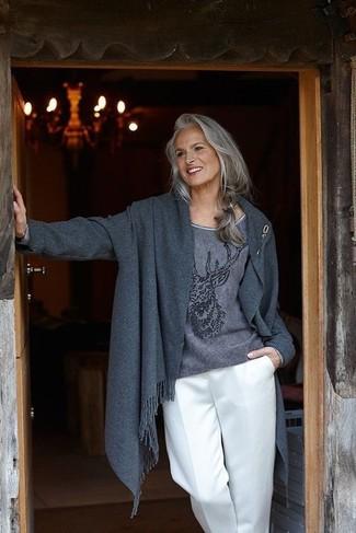 Wie kombinieren: dunkelgrauer Mantel, dunkelgrauer bedruckter Pullover mit einem Rundhalsausschnitt, weiße weite Hose, goldene Anstecknadel