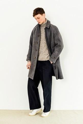 Herren Outfits 2021: Paaren Sie einen dunkelgrauen Mantel mit einer schwarzen Chinohose, um einen modischen Freizeitlook zu kreieren. Weiße Leder niedrige Sneakers liefern einen wunderschönen Kontrast zu dem Rest des Looks.