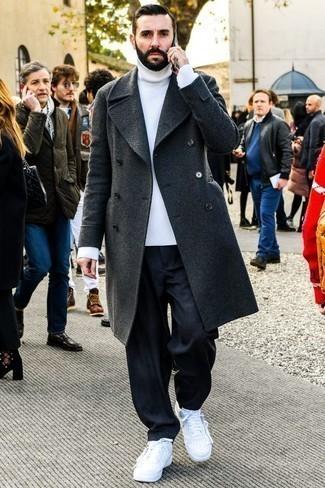 Dunkelgrauen Mantel kombinieren: trends 2020: Entscheiden Sie sich für einen dunkelgrauen Mantel und dunkelblauen Jeans, um einen modischen Freizeitlook zu kreieren. Fühlen Sie sich ideenreich? Vervollständigen Sie Ihr Outfit mit weißen Leder niedrigen Sneakers.
