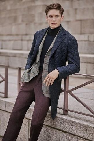 Wie kombinieren: dunkelgrauer Mantel, hellbeige Wollsakko mit Karomuster, schwarzer Rollkragenpullover, dunkelbraune Wollanzughose