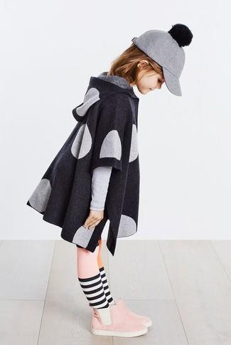 Wie kombinieren: dunkelgrauer Mantel, rosa Stiefel aus Wildleder, graue Wollbaseballkappe, rosa Strumpfhose