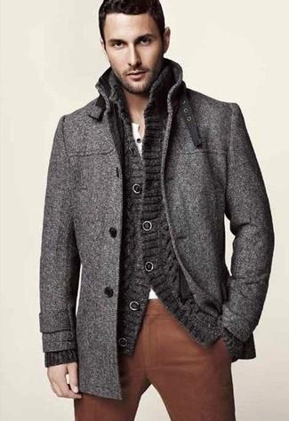 Wie kombinieren: dunkelgrauer Mantel, dunkelgraue Strick Strickjacke, weißes T-shirt mit einer Knopfleiste, braune Chinohose