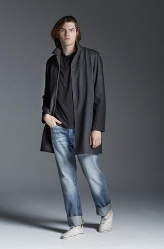 Wie kombinieren: dunkelgrauer Mantel, dunkelgraues T-Shirt mit einem Rundhalsausschnitt, hellblaue Jeans, weiße Segeltuch niedrige Sneakers