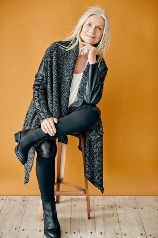 Schwarze Leder Stiefeletten kombinieren: trends 2020: Um einen tollen, lockeren Look zu erzeugen, sind ein dunkelgrauer Strick Mantel und schwarze enge Jeans ganz wunderbar geeignet. Schwarze Leder Stiefeletten sind eine gute Wahl, um dieses Outfit zu vervollständigen.