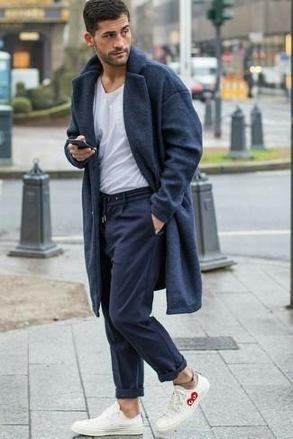 Dunkelgrauen Mantel kombinieren: trends 2020: Erwägen Sie das Tragen von einem dunkelgrauen Mantel und einer dunkelblauen Jogginghose für ein sonntägliches Mittagessen mit Freunden. Suchen Sie nach leichtem Schuhwerk? Komplettieren Sie Ihr Outfit mit weißen niedrigen Sneakers für den Tag.
