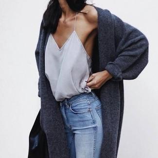Graues Seide Trägershirt kombinieren – 6 Damen Outfits: Entscheiden Sie sich für ein graues Seide Trägershirt und hellblauen enge Jeans, um wahrhaft toll auszusehen.