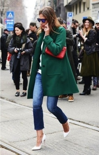 Dunkelgrüner Mantel, Dunkelblaue Jeans, Weiße Leder Pumps, Rote Leder Clutch für Damen