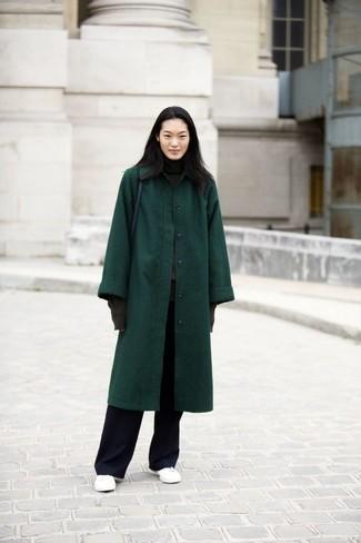 Wie kombinieren: dunkelgrüner Mantel, dunkelgrauer Rollkragenpullover, schwarze weite Hose, weiße Leder niedrige Sneakers