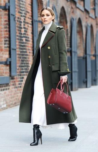 Wie kombinieren: dunkelgrüner Mantel, weißes Sweatkleid, schwarze Leder Stiefeletten, rote Shopper Tasche aus Leder