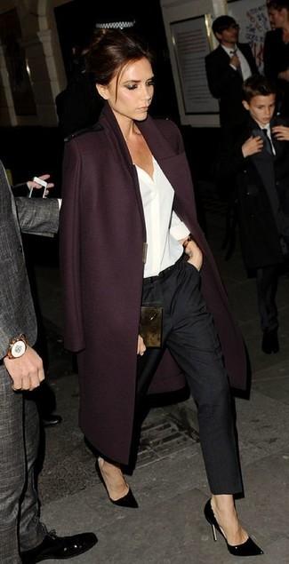 Victoria Beckham trägt Dunkelroter Mantel, Weiße Bluse mit Knöpfen, Schwarze Anzughose, Schwarze Leder Pumps