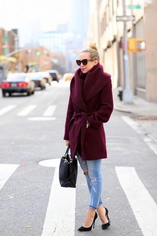 Dunkelroter Mantel, Hellblaue Jeans, Schwarze Pumps, Schwarze Shopper Tasche für Damen
