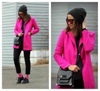 Rosa Socken kombinieren: trends 2020: Wahlen Sie einen fuchsia Mantel und rosa Socken und Sie werden überall und zu jeder Zeit schick aussehen. Fühlen Sie sich ideenreich? Wählen Sie schwarzen Leder Oxford Schuhe.