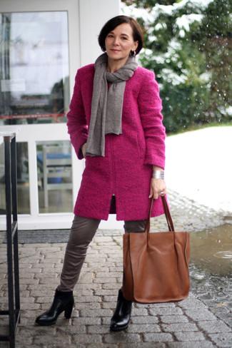 Grauen Schal kombinieren – 25 Elegante Damen Outfits: Probieren Sie die Paarung aus einem fuchsia Mantel und einem grauen Schal für ein wunderbares Alltags-Outfit. Schwarze Leder Stiefeletten sind eine kluge Wahl, um dieses Outfit zu vervollständigen.