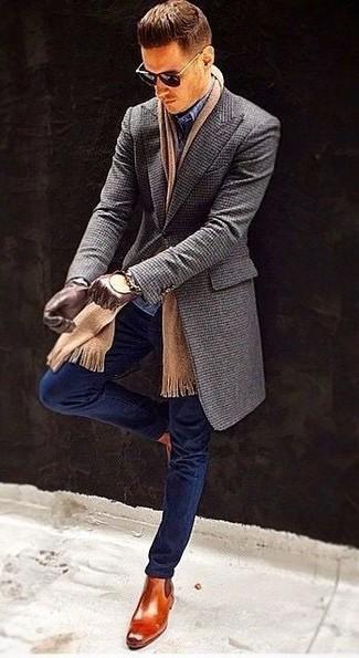 Wie kombinieren: dunkelgrauer Mantel, dunkelblaue enge Jeans, dunkelblaue Anzughose mit Karomuster, rotbraune Chelsea-Stiefel aus Leder