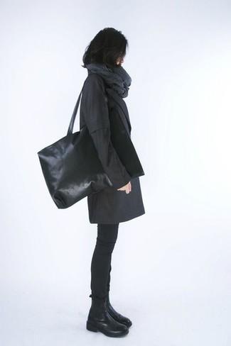 Grauen Schal kombinieren – 266 Damen Outfits: Wenn Sie einen ultralässigen City-Look erzielen müssen, probieren Sie diese Kombination aus einem schwarzen Mantel und einem grauen Schal. Schwarze Chelsea Boots aus Leder sind eine ideale Wahl, um dieses Outfit zu vervollständigen.