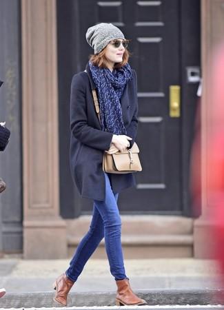 Wie kombinieren: dunkelblauer Mantel, blaue enge Jeans, braune Chelsea-Stiefel aus Leder, hellbeige Leder Umhängetasche
