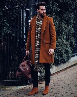 Wie kombinieren: rotbrauner Mantel, schwarze enge Jeans, rotbraune Chelsea-Stiefel aus Wildleder, dunkelbraune Leder Reisetasche