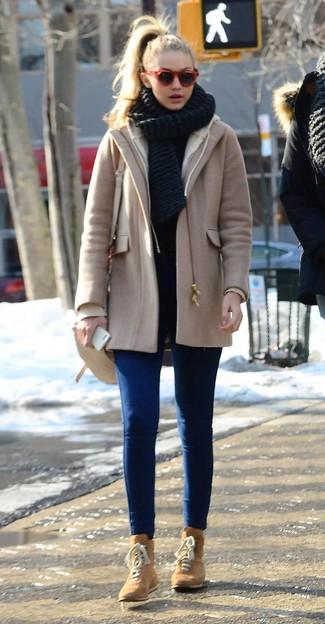 Wie kombinieren: beige Mantel, blaue enge Jeans, beige flache Stiefel mit einer Schnürung aus Wildleder, hellbeige Leder Umhängetasche