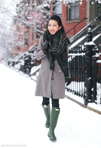 Grauer Mantel, Schwarze Enge Jeans, Dunkelgrüne Gummistiefel, Schwarze Lederhandschuhe für Damen