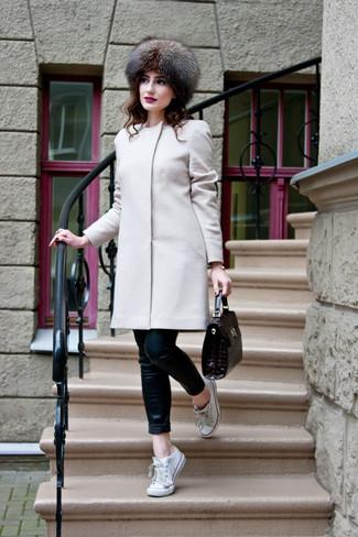 Pelzkappe kombinieren – 19 Damen Outfits: Vereinigen Sie einen hellbeige Mantel mit einer Pelzkappe, umeinen lockeren Look zu erzielen, der in der Garderobe der Frau auf keinen Fall fehlen darf. Weiße Segeltuch niedrige Sneakers fügen sich nahtlos in einer Vielzahl von Outfits ein.
