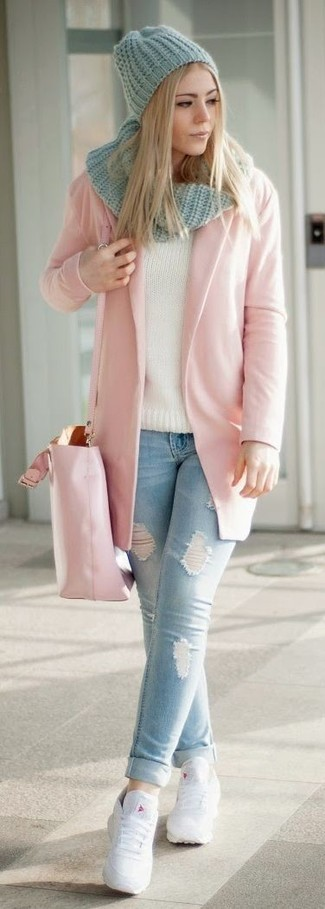 Wie kombinieren: rosa Mantel, hellblaue enge Jeans mit Destroyed-Effekten, weiße Leder niedrige Sneakers, rosa Shopper Tasche aus Leder