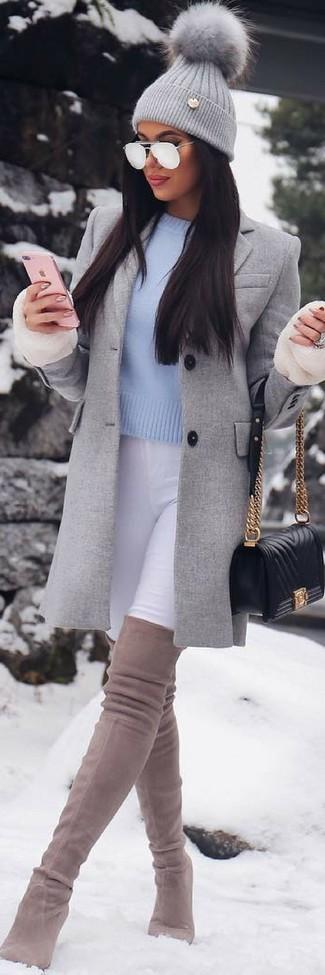 Weiße enge Jeans kombinieren – 441 Damen Outfits: Die Kombination aus einem grauen Mantel und weißen engen Jeans bietet die ideale Balance zwischen einfachem Tomboy-Look und modischem Aussehen. Hellbeige Overknee Stiefel aus Wildleder sind eine perfekte Wahl, um dieses Outfit zu vervollständigen.