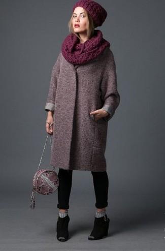 Dunkelroten Mantel kombinieren – 173 Damen Outfits: Um einen modischen, legeren Look zu erzeugen, probieren Sie diese Kombi aus einem dunkelroten Mantel und schwarzen engen Jeans. Schwarze Wildleder Pantoletten sind eine einfache Möglichkeit, Ihren Look aufzuwerten.