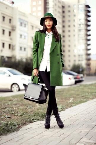 Wie kombinieren: grüner Mantel, schwarze enge Jeans, schwarze klobige Schnürstiefeletten aus Leder, schwarze Satchel-Tasche aus Leder