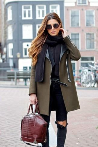 Vereinigen Sie einen olivgrünen Mantel mit dunkelblauen engen Jeans mit Destroyed-Effekten für ein bequemes Outfit, das außerdem gut zusammen passt.