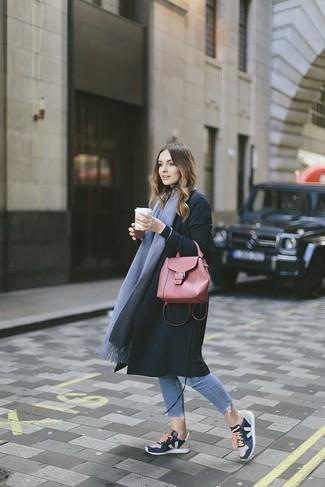 Grauen Schal kombinieren – 266 Damen Outfits: Ein schwarzer Mantel und ein grauer Schal sind sehr gut geeignet, um einen harmonischen, entspannten Look zu erzielen. Fühlen Sie sich mutig? Ergänzen Sie Ihr Outfit mit dunkelblauen Sportschuhen.