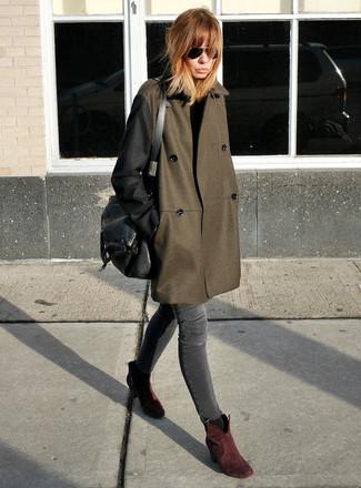 Wie kombinieren: olivgrüner Mantel, dunkelgraue enge Jeans, dunkelrote Wildleder Stiefeletten, schwarze Satchel-Tasche aus Leder