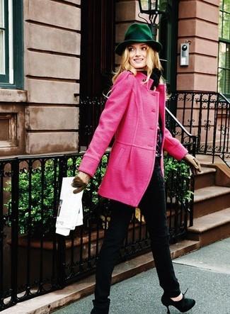 Rosa Mantel kombinieren – 153 Damen Outfits: Mit dieser Kombi aus einem rosa Mantel und schwarzen engen Jeans sind trendbewusste Frauen perfekt angezogen. Ergänzen Sie Ihr Look mit schwarzen Wildleder Stiefeletten.