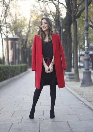 Wie kombinieren: roter Mantel, schwarzes verziertes Etuikleid, rotes und schwarzes Businesshemd mit Schottenmuster, schwarze Wildleder Stiefeletten