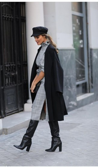 Wie kombinieren: schwarzer Mantel, graues Etuikleid mit Schottenmuster, schwarze kniehohe Stiefel aus Leder, schwarze Leder Clutch