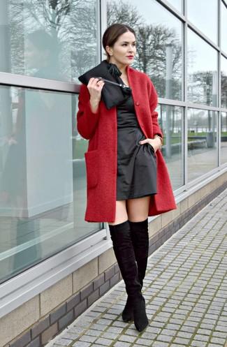 Wie kombinieren: roter Mantel, schwarzes Satin Etuikleid, schwarze Overknee Stiefel aus Wildleder, schwarze Satin Clutch