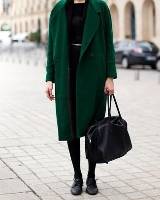 Stechen Sie unter anderen modebewussten Menschen hervor mit einem grünen mantel und einem schwarzen schal für damen von Minnie Rose. Schwarze leder oxford schuhe fügen sich nahtlos in einer Vielzahl von Outfits ein.