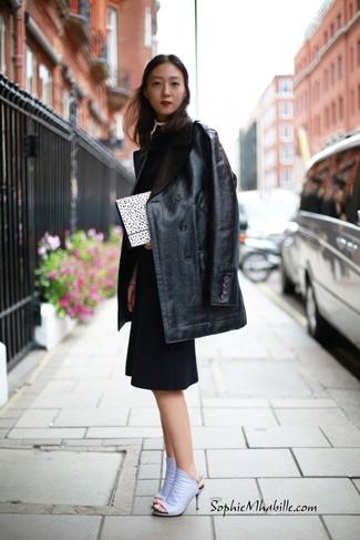 Wie kombinieren: schwarzer Ledermantel, schwarzes Etuikleid, hellviolette Leder Pantoletten, weiße und schwarze gepunktete Clutch