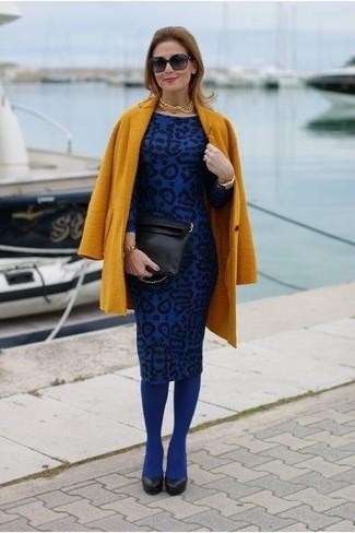 Senf Mantel, Blaues Etuikleid mit Leopardenmuster, Schwarze Leder Pumps, Schwarze Leder Clutch für Damen