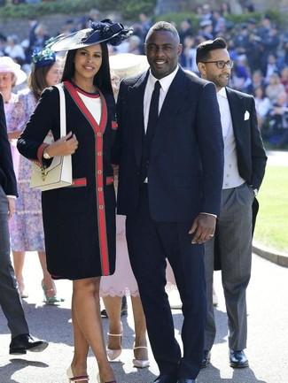 Wie kombinieren: dunkelblauer Mantel, weißes Etuikleid, weiße Leder Pumps, weiße Satchel-Tasche aus Leder