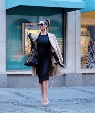 Hellbeige Leder Pumps kombinieren – 500+ Damen Outfits: Probieren Sie diese Kombination aus einem hellbeige Mantel und einem schwarzen Etuikleid, umeinen eleganten Look zukreieren, der in der Garderobe der Frau auf keinen Fall fehlen darf. Komplettieren Sie Ihr Outfit mit hellbeige Leder Pumps.