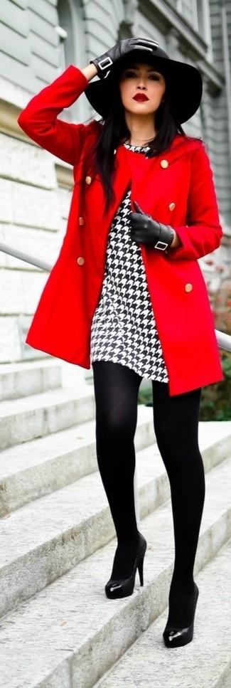 Weißes und schwarzes Etuikleid mit Hahnentritt-Muster kombinieren: trends 2020: Möchten Sie einen stilvollen Alltags-Look erzielen, ist diese Kombination aus einem weißen und schwarzen Etuikleid mit Hahnentritt-Muster und einem roten Mantel ganz wunderbar. Schwarze Leder Pumps sind eine ideale Wahl, um dieses Outfit zu vervollständigen.