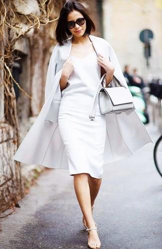 Wie kombinieren: weißer Mantel, weißes Etuikleid, hellbeige Leder Sandaletten, weiße Leder Umhängetasche