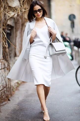 Wie kombinieren: grauer Mantel, weißes Etuikleid, hellbeige Leder Sandaletten, weiße Leder Umhängetasche