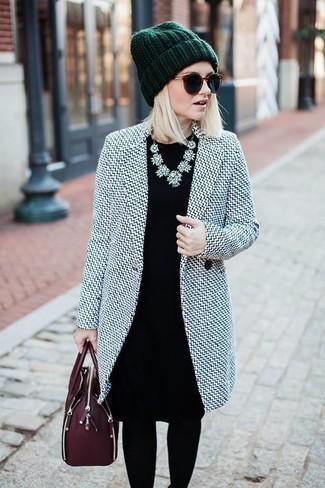 Wie kombinieren: grauer Mantel, schwarzes Etuikleid, dunkelrote Satchel-Tasche aus Leder, dunkelgrüne Mütze