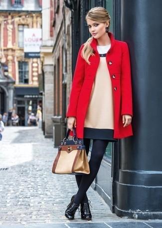 Wie kombinieren: roter Mantel, hellbeige Wolletuikleid, schwarze Schnürstiefeletten aus Leder, beige Satchel-Tasche aus Leder