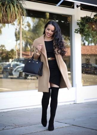 Wie kombinieren: beige Mantel, schwarzes figurbetontes Kleid, schwarze elastische Overknee Stiefel, schwarze Shopper Tasche aus Leder