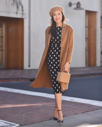 Wie kombinieren: beige Mantel, schwarzes gepunktetes figurbetontes Kleid, schwarze Leder Pumps, beige Leder Clutch