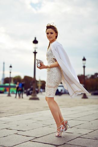 Wie kombinieren: weißer Mantel, weißes Spitze figurbetontes Kleid, weiße Leder Sandaletten, silberne Leder Clutch