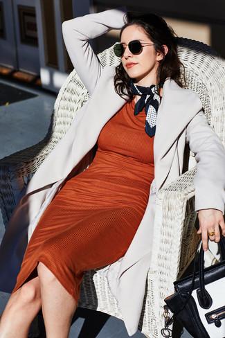 Die Kombination aus einem grauen mantel und einer schwarzen sonnenbrille für damen von Prada eignet sich hervorragend zum Ausgehen oder für modisch-lässige Anlässe.